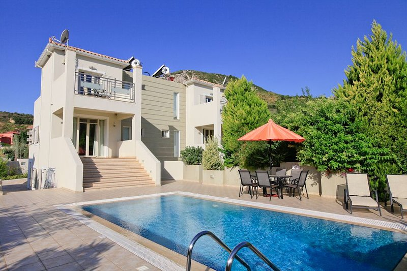 Villa Fedra: Large Private Pool, Walk to Beach, A/C, WiFi, Car Not Required, Eco, vacation rental in Katelios