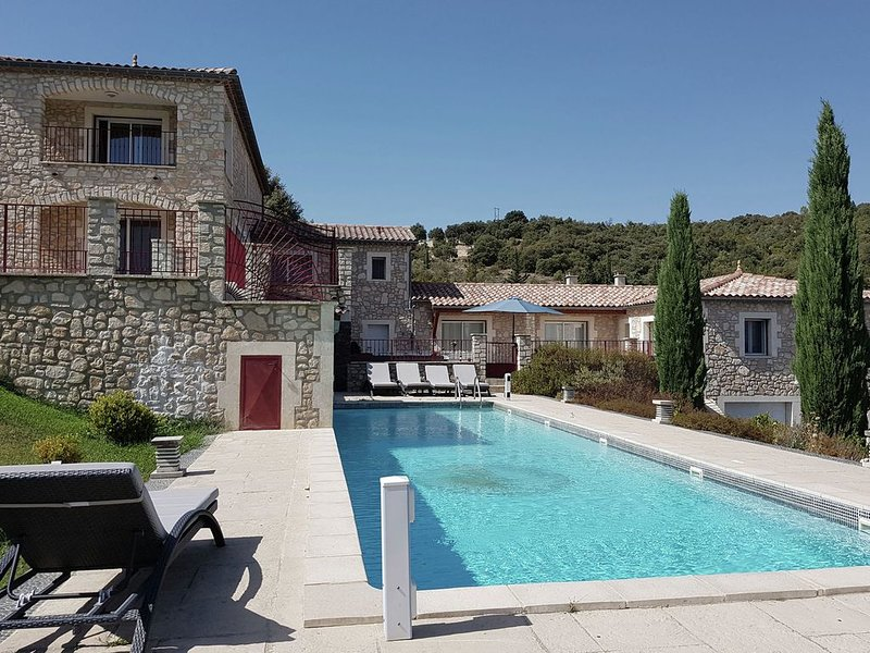 Opulent Villa with High-End Kitchen and Pool in Saint-Ambroix, location de vacances à Potelières
