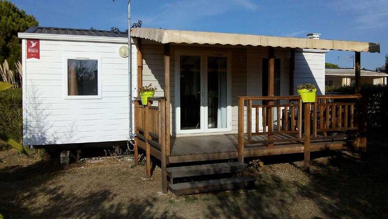 COQUET mobil home climatisé 6 places de 27 m² avec terrasse couverte et jardin., holiday rental in Lattes