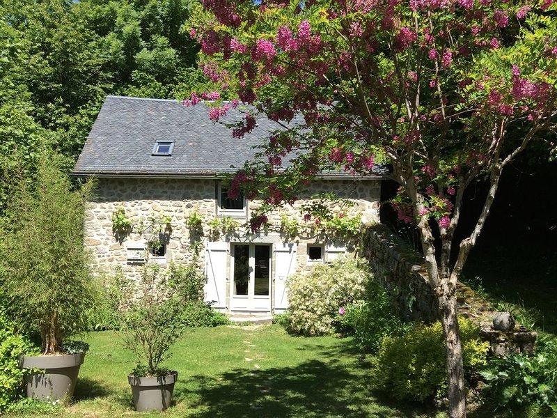 Entre lacs et forêts, l'Ardoisette gîte charme*** dans propriété de 1 ha, holiday rental in Margerides