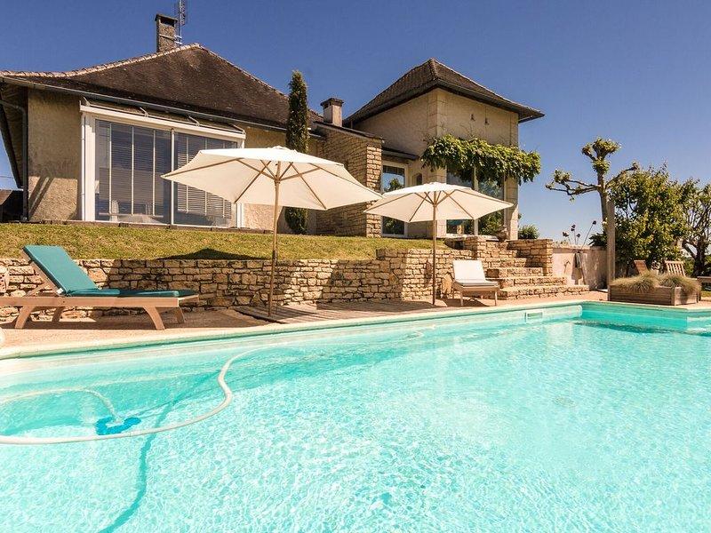 Cozy Villa in Saint-Bonnet-la-Rivière with Swimming Pool, vacation rental in Juillac