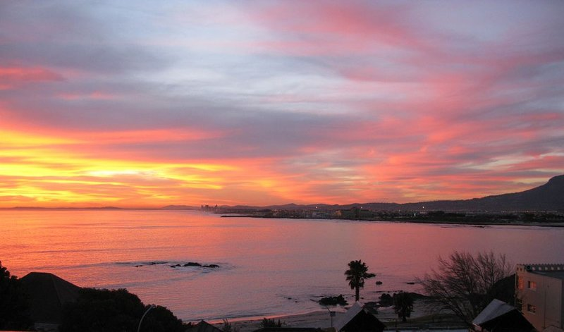 Sunny, open-plan family home, above sunset beach, with sea and mountain views., location de vacances à Grabouw