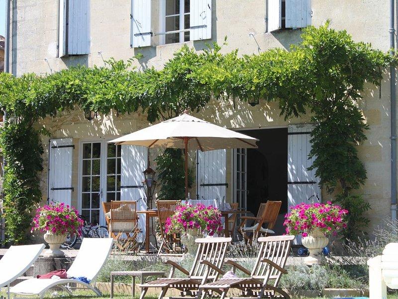 Beautiful Maison De Maitre With Pool Close To Saint Emilion, vakantiewoning in Saint-Sulpice-de-Faleyrens