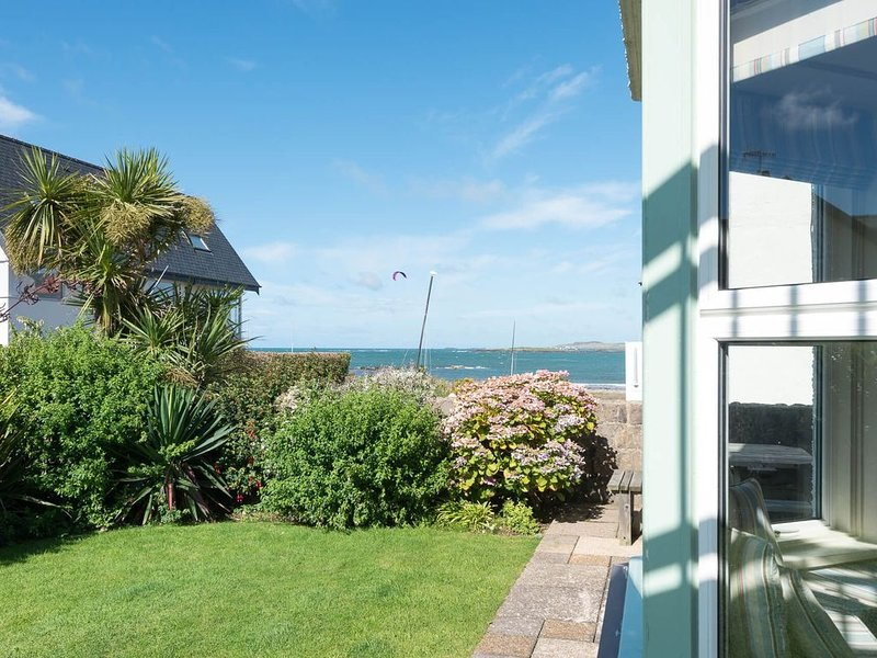 Beach House  -  a 3 bed apartment that sleeps 6 guests  in 3 bedrooms, holiday rental in Rhosneigr