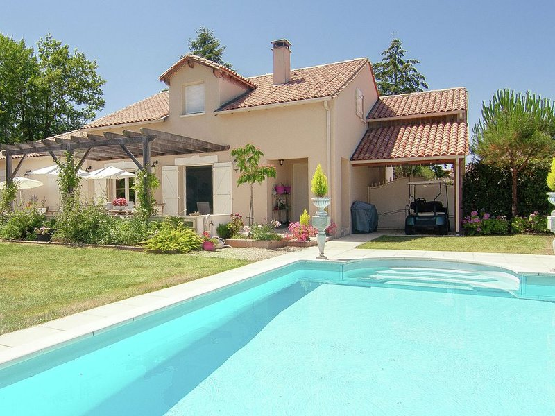 Luxury villa with heated pool on golf with lots of privacy and panoramic views., vacation rental in Busserolles