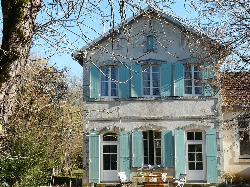 Pretty Holiday Home with Terrace, Garden, Barbecue, Veranda, location de vacances à Sérignac