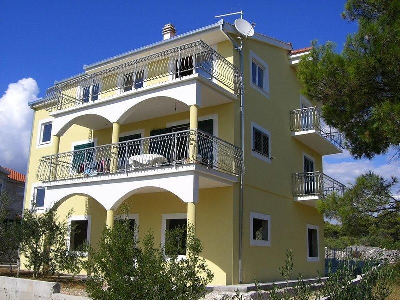 Traum-Ferienwohnung 'Noah' mit 180° Meerblick in Kroatien, vacation rental in Brodarica
