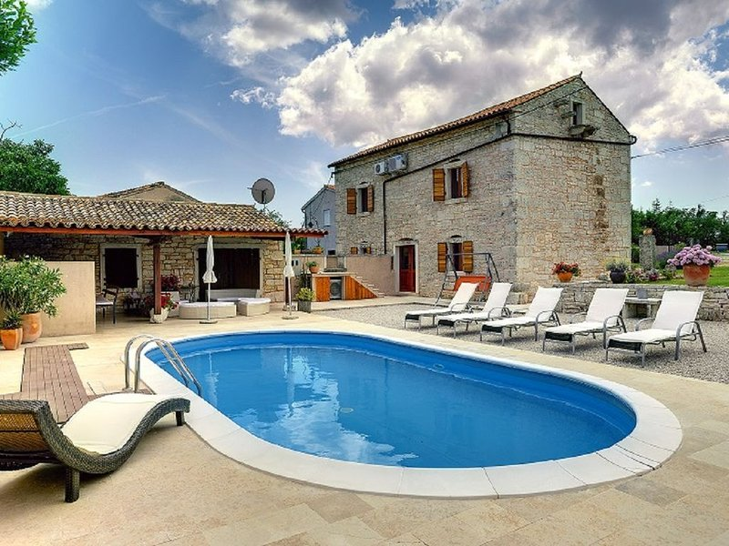 Charmante Steinvilla mit privatem Pool, Klima, WLAN, Grill, Liegestühlen, Sonnen, holiday rental in Bratulici
