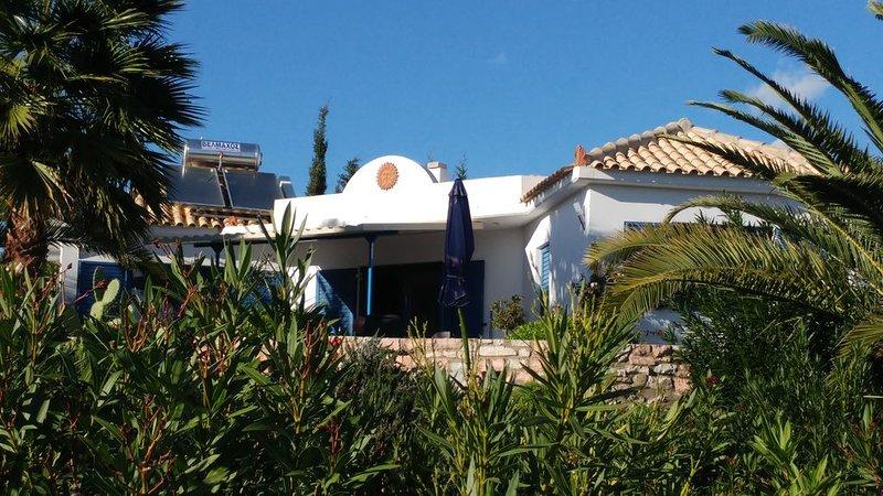 Modernes Ferienhaus, sehr ruhig, umgeben von Olivenhainen auf einer Anhöhe, holiday rental in Chrani