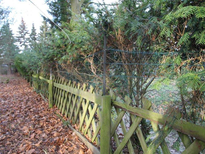 La clôture du côté droit a été élevée à 1,10 - 1,20 m avec du fil de lapin