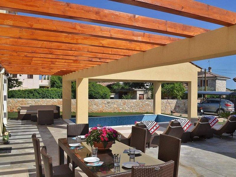 Neues Ferienhaus mit Pool für 6 Personen in Bale bei Rovinj, vacation rental in Bale