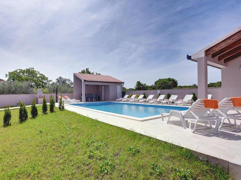 Traumhafte Villa mit privatem Pool, 4 Klimas, WLAN und tollem Grillbereich, vacation rental in Valtura