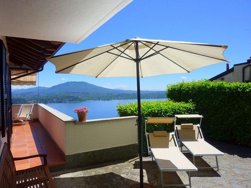 'NIDO SUL LAGO' exklusives Attiko mit fantastischem See- und Panoramablick, holiday rental in Magognino