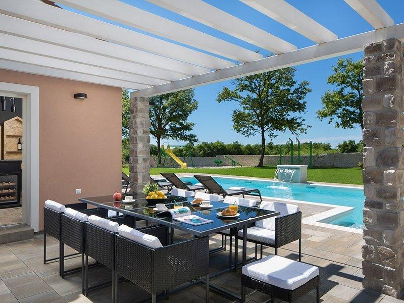 Großartiges Anwesen mit privatem Pool, Kinderspielplatz, einem Grill, einer Saun, holiday rental in Jursici