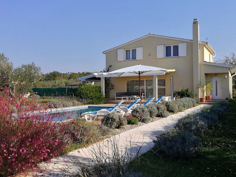 Ferienhaus mit Pool in Rovinj-Cocaletto, nur 1500 m vom Meer, holiday rental in Rovinj
