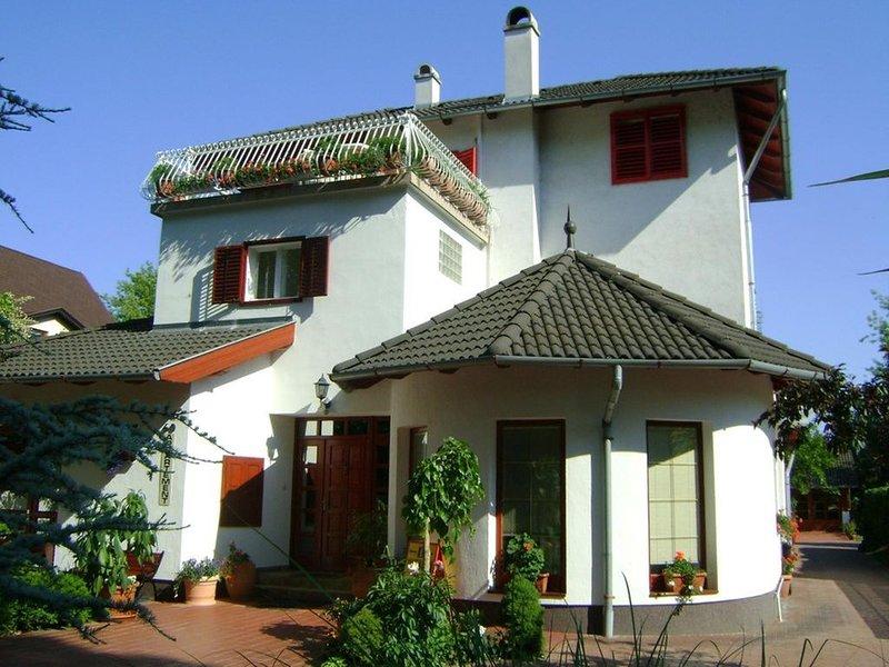 Appartement für 2 oder 2+1 Personen, Balaton und Zentrum 150m, kostenlos WIFI, holiday rental in Balatonakarattya