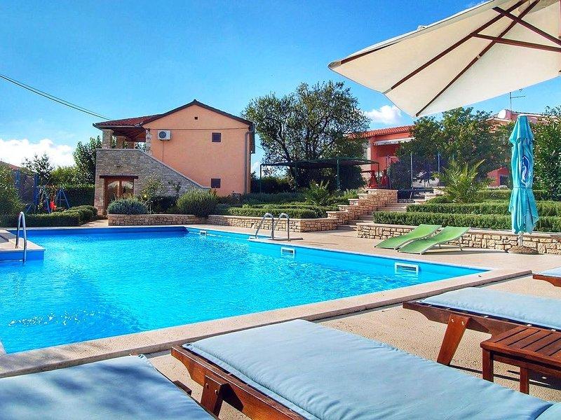 Ferienhaus mit Gemeinschaftspool für 6 Personen, vacation rental in Bale