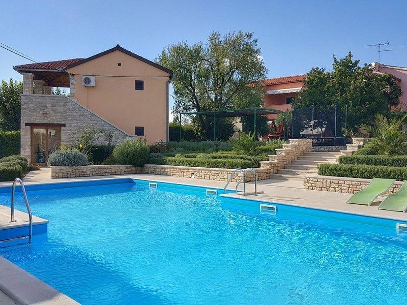 Ferienwohnung für 4 Personen mit traumhaftem Pool und großem Garten, aluguéis de temporada em Bale