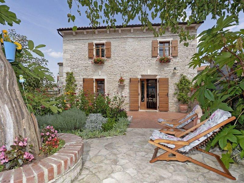 Ferienhaus Luca * Garten, überdachte Terrasse, Grillkamin, WLAN, holiday rental in Glavani