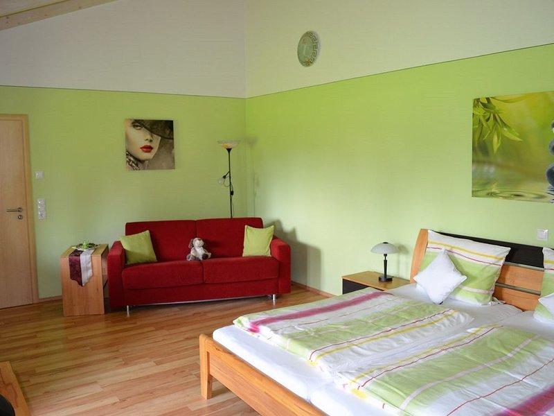 Gemütliche 50qm Ferienwohnung, 5-Sterne Niveau, mit Wohlfühloase, holiday rental in Deggendorf