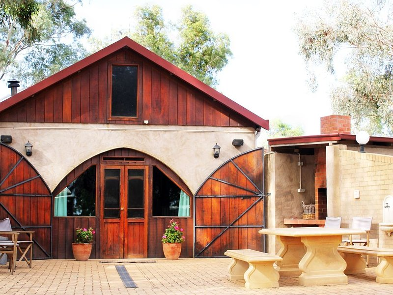 Cellar Guesthouse - Outback Cellar Dubbo, vacation rental in Dubbo