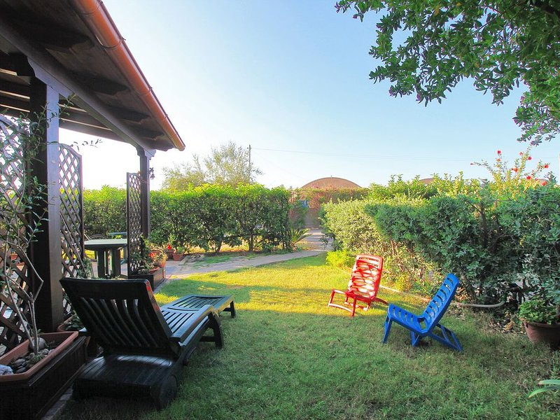 3 bedrooms Villa, garden, wi-fi, in complex with POOL, 2 minutes walk to the SEA, holiday rental in Buonfornello