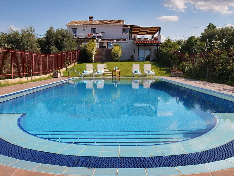 Large Luxury Villa with PRIVATE POOL, 4 bedrooms, 4 baths WiFi BBQ, near the SEA, casa vacanza a Trabia
