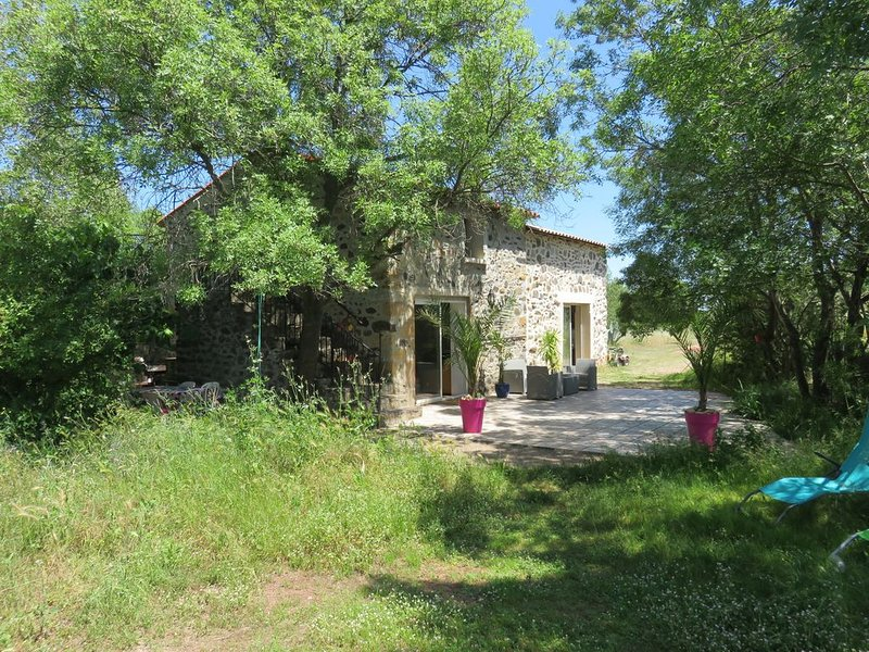 Mas en pierre rénové sur terrain arboré proche du lac salagou dans l hérault, aluguéis de temporada em Le Puech