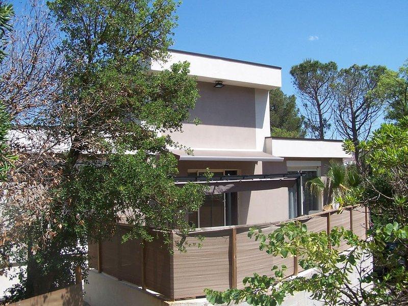 maison ECOLOGIQUE EN BOIS-piscine hors sol BOIS-terrasse jardin 8 pers max, holiday rental in Fréjus
