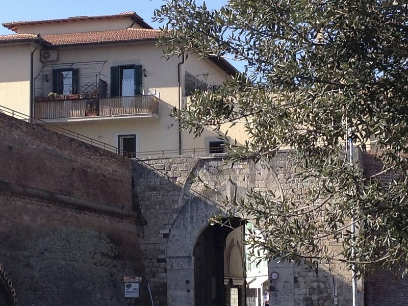 Cosy little flat on the ancient City Walls, casa vacanza a Bagno Roselle