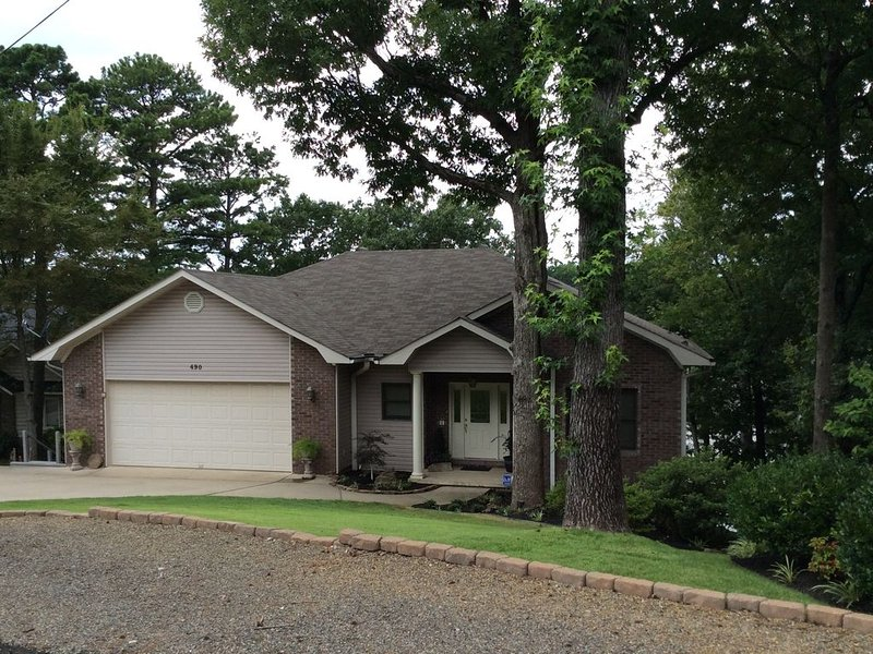 This Home Is Located 10 Minutes From Oaklawn Racing Casino And Resort, holiday rental in Lake Hamilton