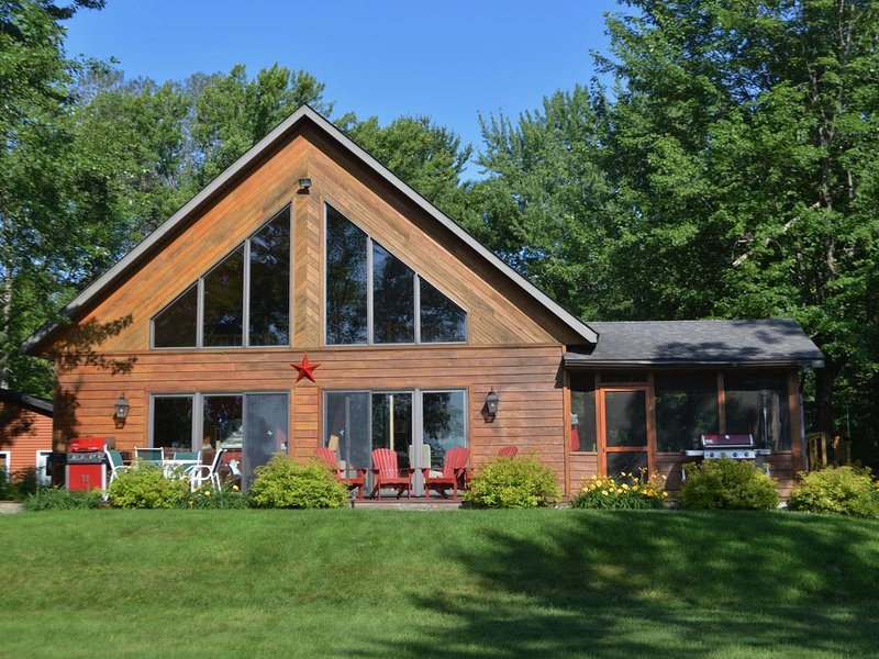 Beautiful Four Season Northern Wisconsin Lakeshore Chalet, vacation rental in Luck
