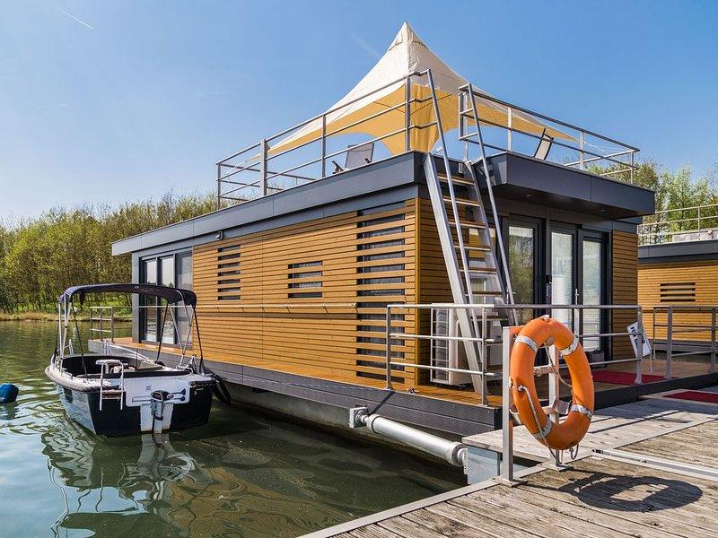 Schwimmendes Ferienhaus auf dem See - Möwe2, holiday rental in Schmogrow Fehrow