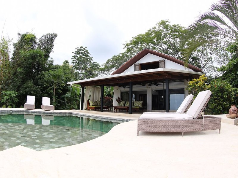 Secluded Ocean View Home Minutes Away From Towns Center & Beach, alquiler de vacaciones en Mal País