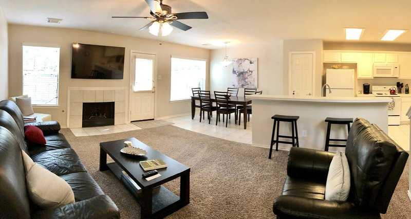 � Comfy Three Bedroom Condo � NO CLEANING FEE!, vacation rental in The Woodlands
