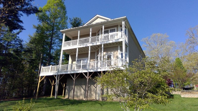 Views of/Walk to Historic Downtown Hendersonville, holiday rental in Laurel Park