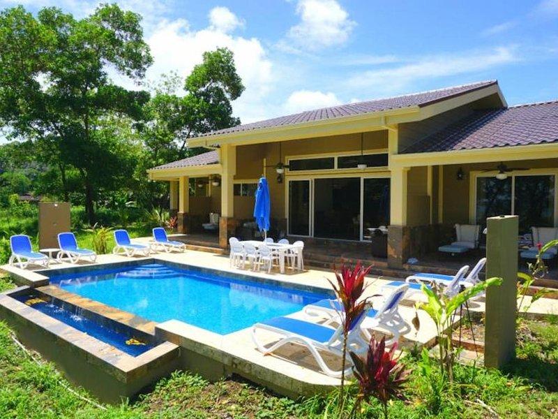 Luxury Oceanfront 4BR/5 Bath Villa with Infinity Pool, alquiler de vacaciones en Isla Bastimentos