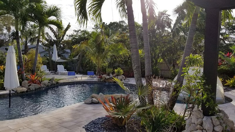 ⭐  Beautiful Private Backyard Resort Heated Pool/Spa Downtown & Beaches, vacation rental in Jensen Beach
