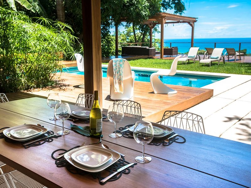 New Gorgeous Ocean View Villa, with large outside pool area and lush gardens, alquiler de vacaciones en Mal País