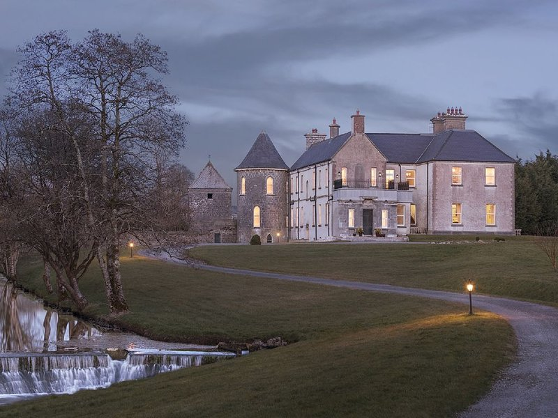Historic Riverside Manor on 33 Acre Private Estate, location de vacances à Tuam