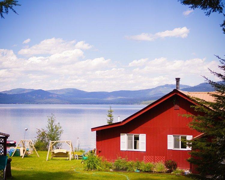 Vintage Montana Lakefront Cabin Retreat - Enjoy Big Sky Country on the Water!, location de vacances à Marion