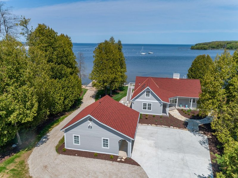 In town, on the water, dock, sleeps 12, brand new construction!, casa vacanza a Fish Creek