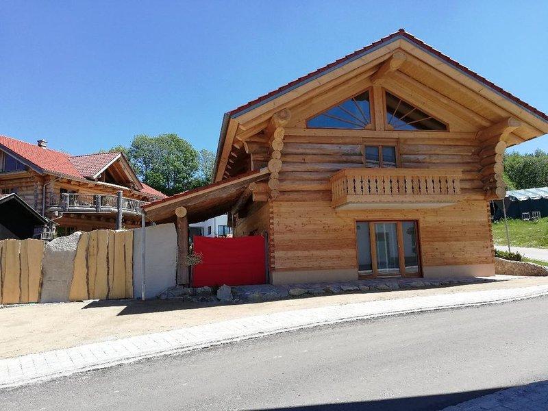 Feriendomizil mit Zirbenholz gestaltet. Sauna und großzügige Terrasse., holiday rental in Deggendorf