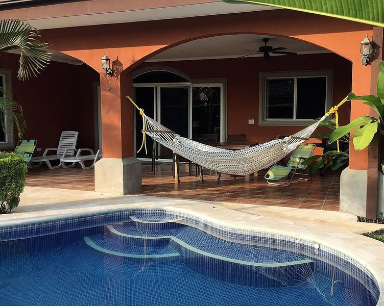 Walk to beach or enjoy private pool in this  2500 Sq/ft 3 bedroom 3 bath home, alquiler de vacaciones en Playa Bejuco