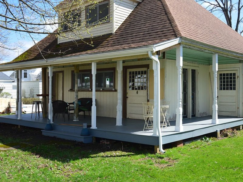 Family Friendly Lakehouse just steps from beach, dock and bar, holiday rental in Clarks Mills