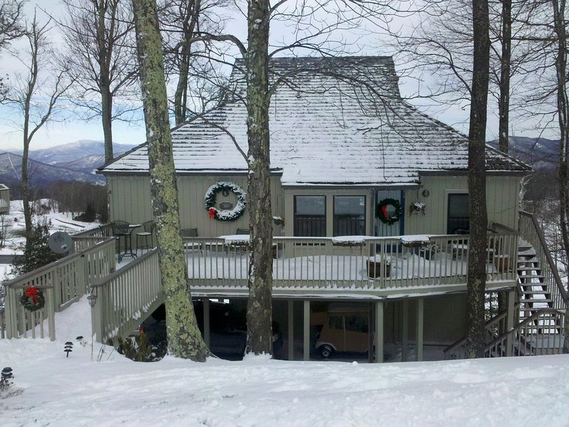 Mountain Top, 4600 ft. Elevation, Scenic Sunrise, Sunset, Golf and Runway views, holiday rental in Burnsville