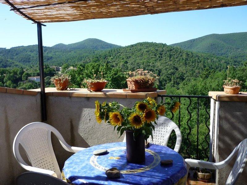 Ruhig gelegenes ehemaliges Bauernhaus auf einem Hügel über den Ufern der Cèze, aluguéis de temporada em Le Martinet