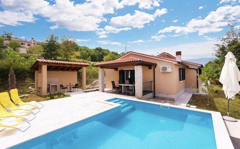 Panorama Ferienhaus mit Pool und eingezäuntem Garten. Ideal für Urlaub mit Hund, casa vacanza a Sumber
