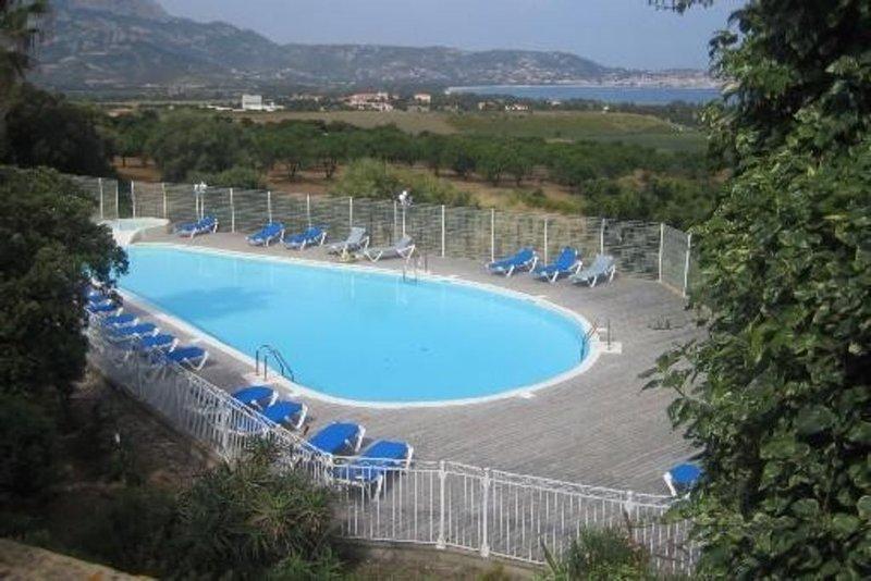 Vue mer, appartement avec terrasse dans résidence avec piscine, parking et Wifi, vakantiewoning in Calvi