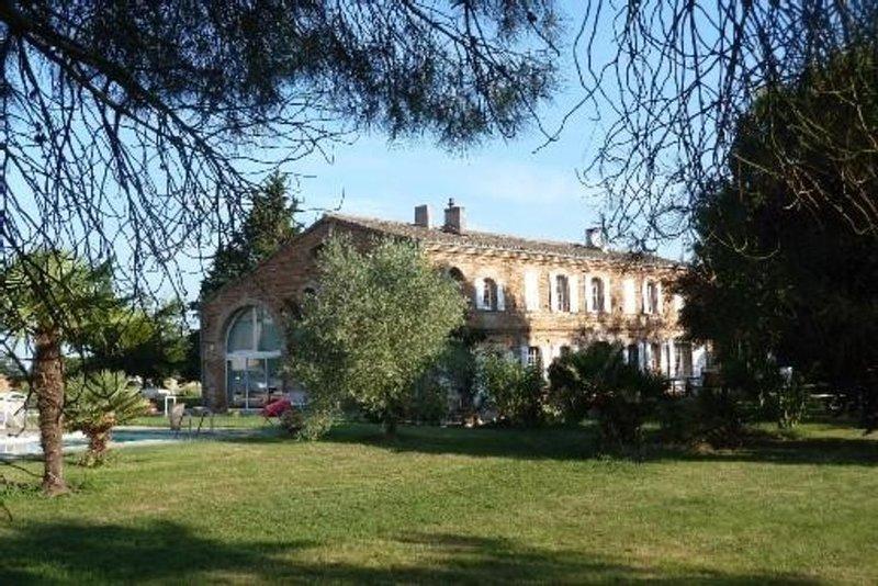Ferme toulousaine rénovée et spacieuse avec parc et piscine, holiday rental in Beaumont de Lomagne